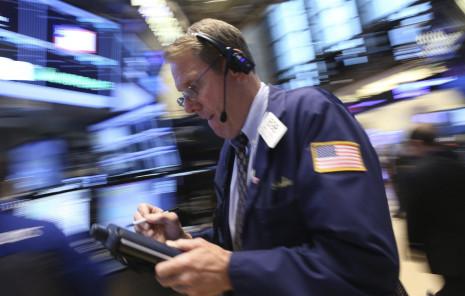 AGX01 NUEVA YORK (ESTADOS UNIDOS), 01/07/2015.- Agentes de cambio y bolsa trabajan en el parqué neoyorquino en Estados Unidos hoy 1 de julio de 2015. Wall Street abrió hoy con fuertes ganancias y el Dow Jones de Industriales, su principal indicador, subía un contundente 0,97 % esperanzados en un posible acuerdo entre Grecia y sus acreedores. EFE/Andrew Gombert