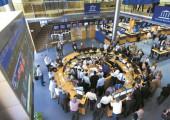 Digital. Barcelona-19/04/07- Bolsa de Barcelona. Memoria 2007. Trabajo con actores simulando operaciones reales en el parque - (c) Carmen Secanella